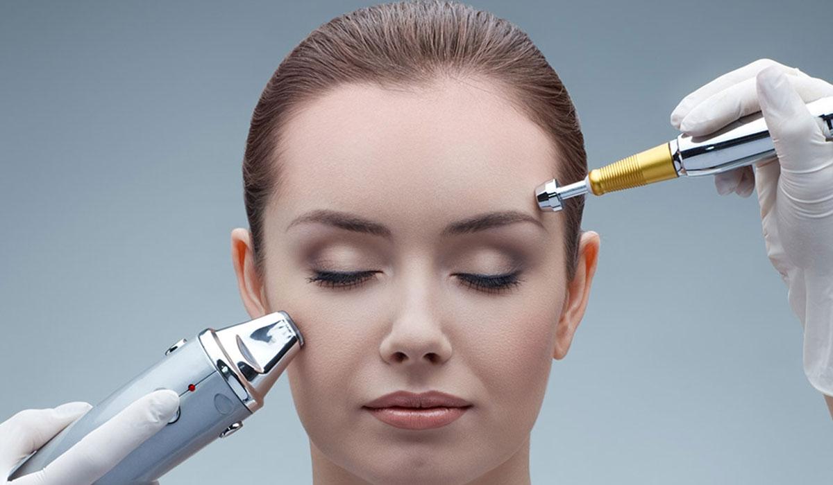 تقشير الوجه بالليزر وأنواعه ومميزاته ومخاطره ونتائجه وموانع القيام به