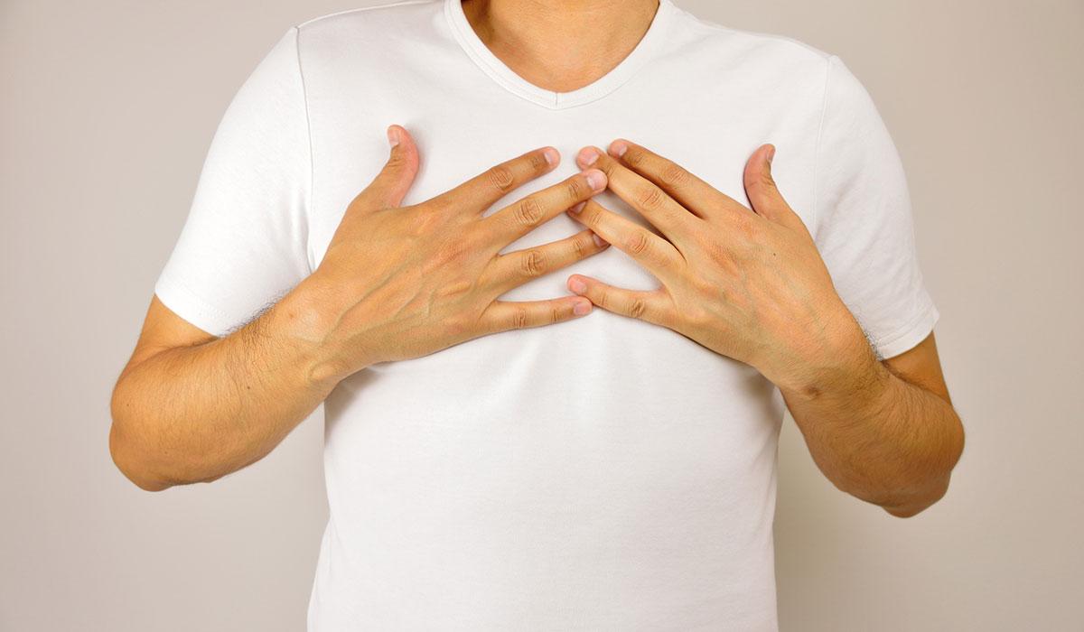 انتفاخ الحلمتين عند الرجل.. ما الأسباب والأعراض وكيفية العلاج؟