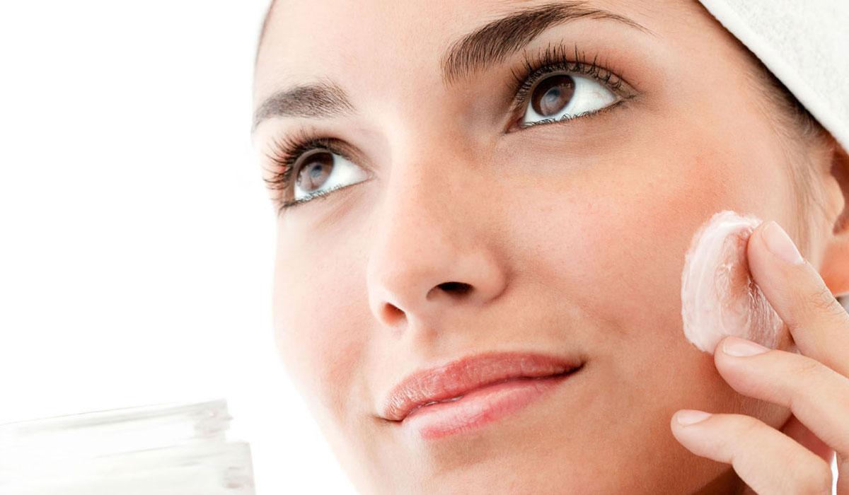 علاج احمرار الوجه بعد التقشير.. ونصائح للعناية بالبشرة لفترة تعافي آمنة وصحية