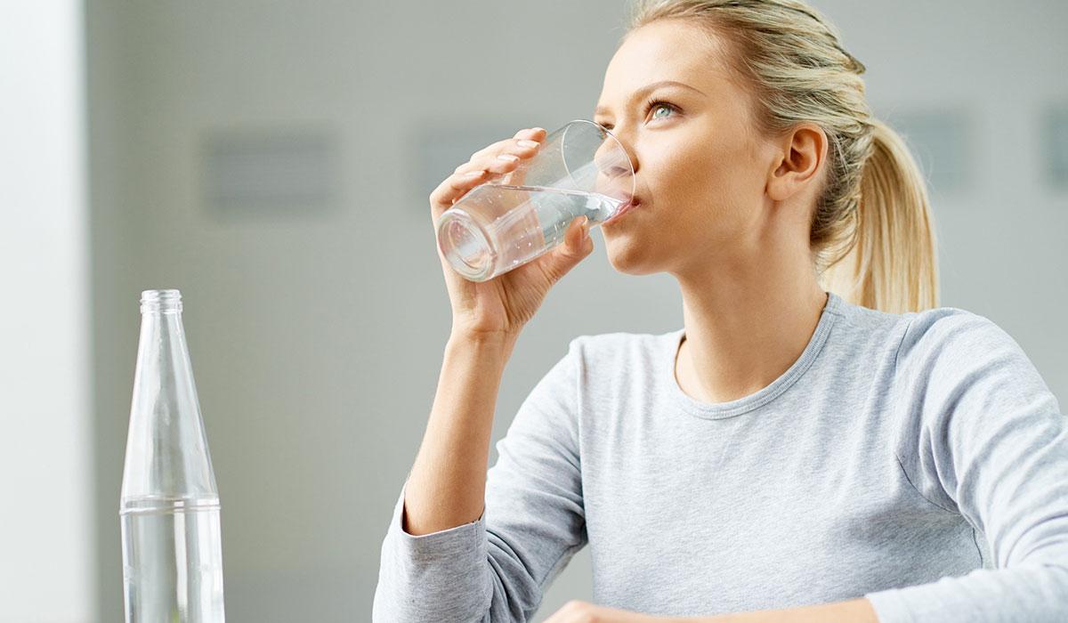فوائد الماء للبشرة.. أقصر الطرق لبشرة مشرقة أكثر صحة وأقل عمرًا